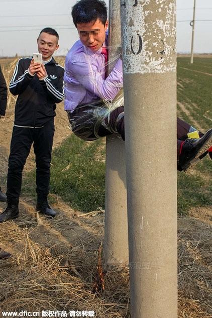 Bi hài chú rể bị bạn trói lên cột điện trên đường rước dâu - ảnh 4