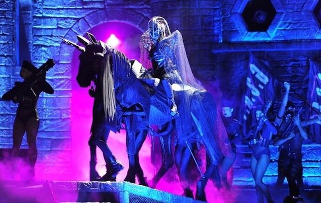 Sao Tây và những đạo cụ 'quái đản' trên sân khấu - ảnh 7