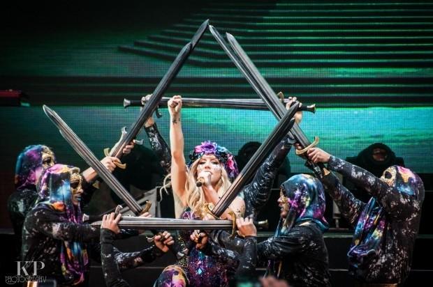 Sao Tây và những đạo cụ 'quái đản' trên sân khấu - ảnh 11