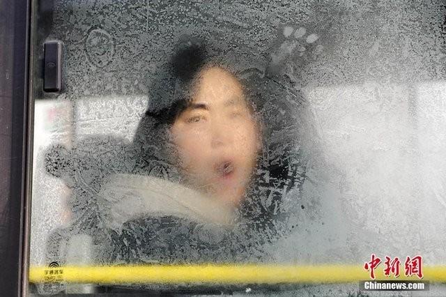 Trung Quốc lạnh đến nỗi hắt nước sôi cũng hóa băng - ảnh 10