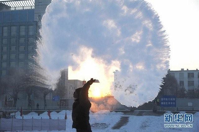 Trung Quốc lạnh đến nỗi hắt nước sôi cũng hóa băng - ảnh 2