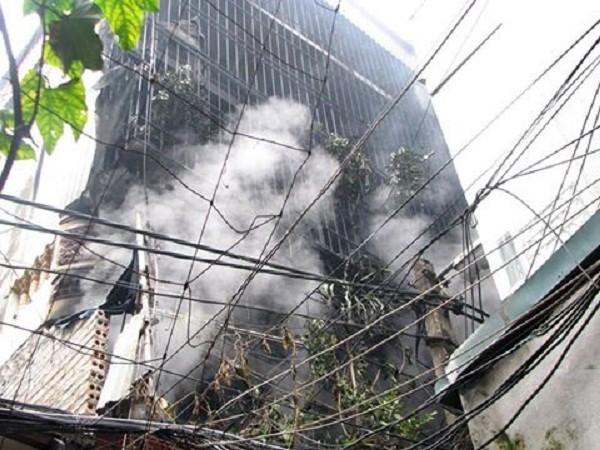 Hà Nội: Cháy lớn nhà 3 tầng người dân phải xách nước dập lửa - ảnh 2