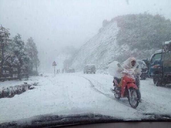 Người dân Mù Cang Chải vất vả chống chọi với tuyết rơi - ảnh 1
