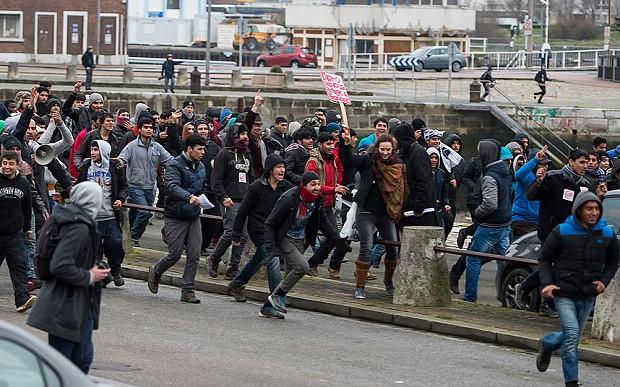 Người nhập cư nổi loạn, chiếm cảng của Pháp - ảnh 1
