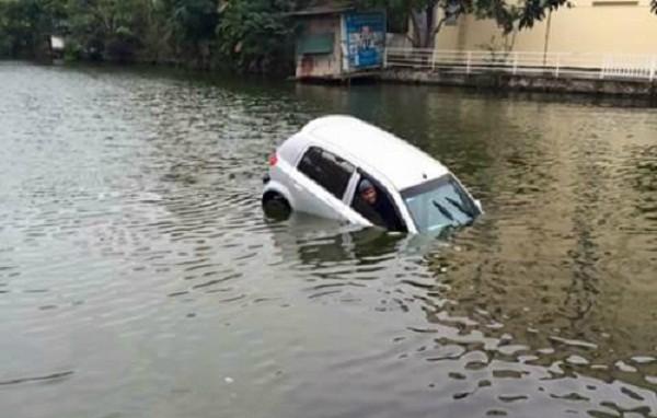 Hà Nội: Ô tô chở 3 người lao xuống hồ giữa ngày rét kỷ lục - ảnh 1