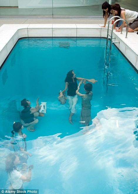 Có gì trong bể bơi ảo giác Nhật Bản và ngôi nhà kỳ quái ở Anh? - ảnh 1