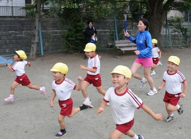 Tại sao rét 2 độ C, trẻ em Nhật Bản vẫn mặc quần đùi đi học? - ảnh 4