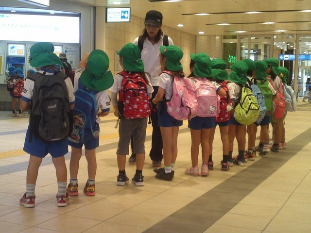 Tại sao rét 2 độ C, trẻ em Nhật Bản vẫn mặc quần đùi đi học? - ảnh 2