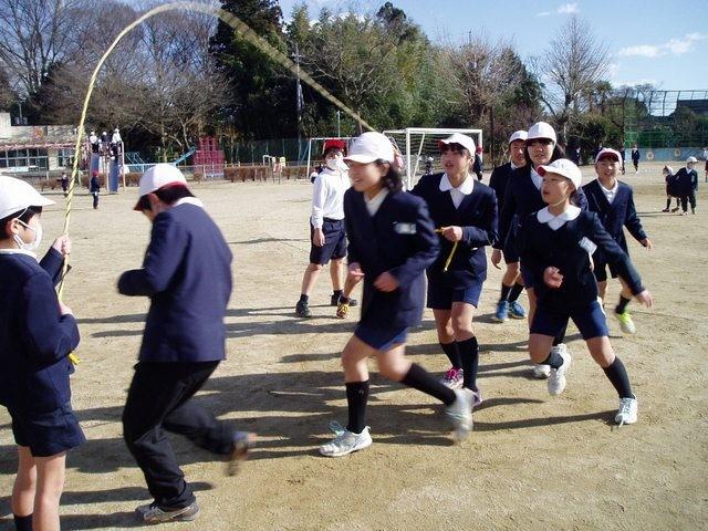 Tại sao rét 2 độ C, trẻ em Nhật Bản vẫn mặc quần đùi đi học? - ảnh 1