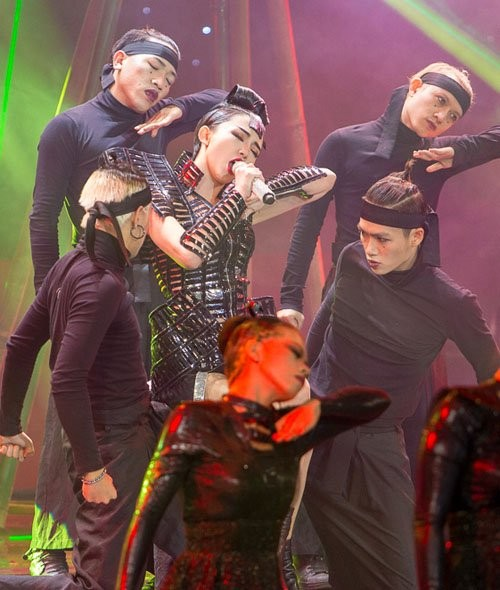 The Remix: Tóc Tiên mặc 'khố' ngay giữa sân khấu - ảnh 1