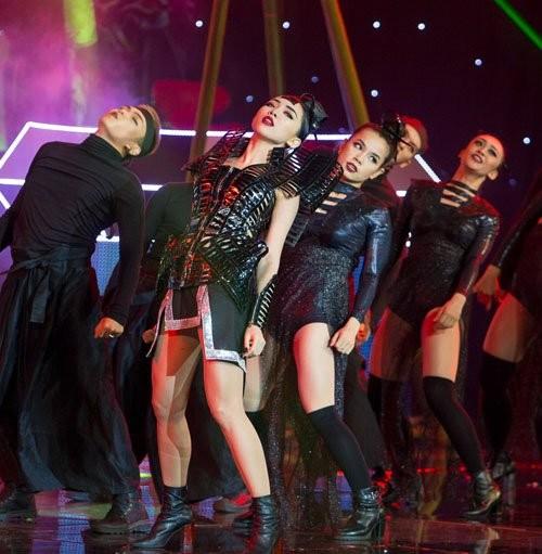 The Remix: Tóc Tiên mặc 'khố' ngay giữa sân khấu - ảnh 2
