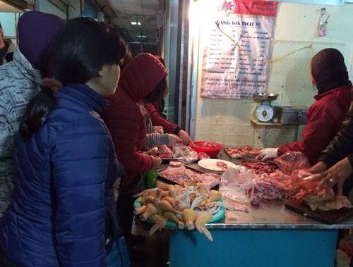 Người Hà Nội xếp hàng mua thực phẩm tích trữ ngày rét kỷ lục 7oC - ảnh 1