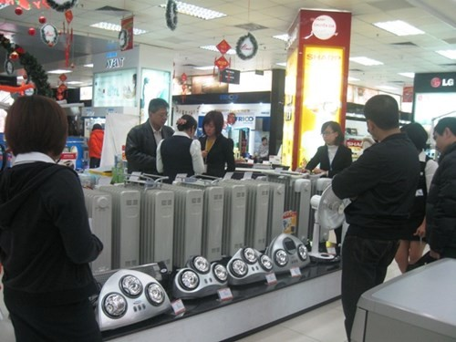 Người Hà Nội xếp hàng mua thực phẩm tích trữ ngày rét kỷ lục 7oC - ảnh 3