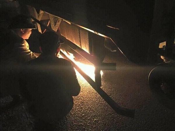 Giật mình, tài xế đốt lửa 'sưởi' bình xăng dầu ô tô vì giá rét - ảnh 1