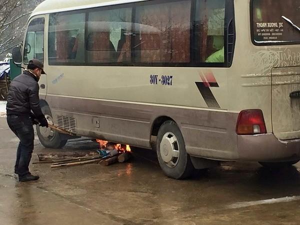 Giật mình, tài xế đốt lửa 'sưởi' bình xăng dầu ô tô vì giá rét - ảnh 4