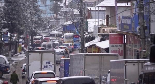 Tắc đường cả chục  km vì đoàn xe lên Sa Pa ngắm tuyết - ảnh 1
