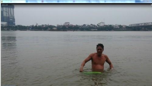 Hà Nội: Choáng với cảnh 'tắm tiên' giữa trời rét kỷ lục 6 độ C - ảnh 1