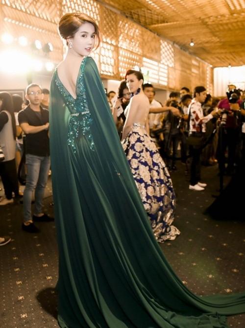 Ngọc Trinh táo bạo diện váy ren khoe vòng một - ảnh 3
