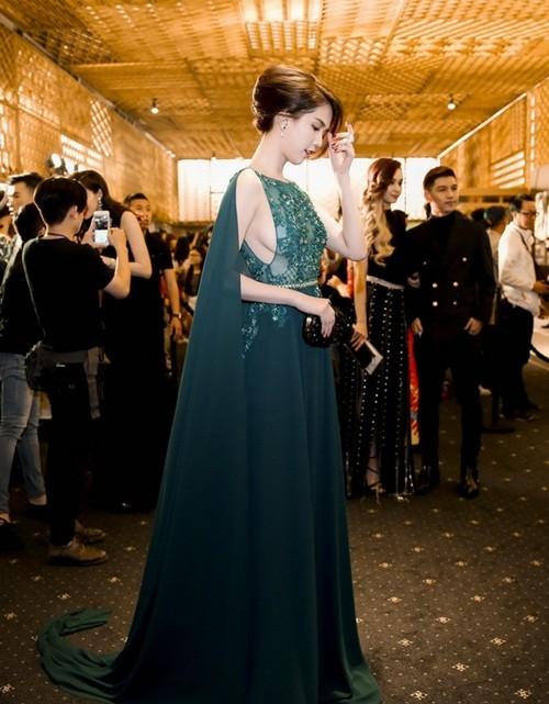 Ngọc Trinh táo bạo diện váy ren khoe vòng một - ảnh 2