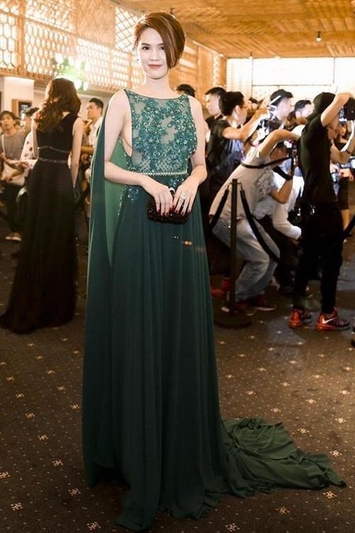 Ngọc Trinh táo bạo diện váy ren khoe vòng một - ảnh 1