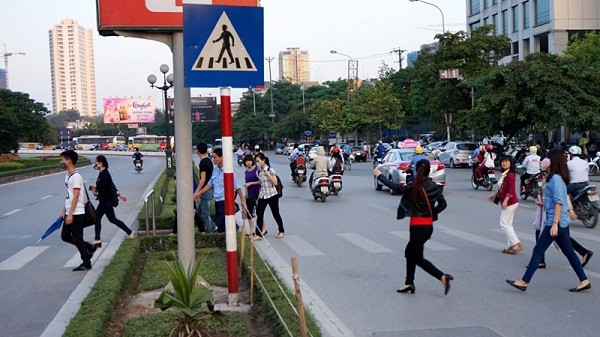 Người đi bộ vi phạm giao thông sẽ bị xử phạt - ảnh 1