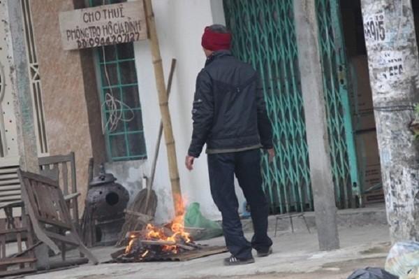 Nhóm lửa sưởi ấm, cụ ông ngã vào đống lửa tử vong - ảnh 1