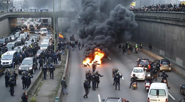 Hàng ngàn người Pháp xuống đường biểu tình 'Ngày thứ Ba đen tối' - ảnh 1