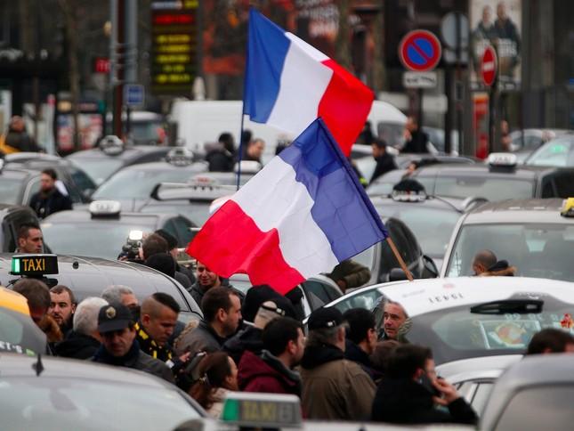 Hàng ngàn người Pháp xuống đường biểu tình 'Ngày thứ Ba đen tối' - ảnh 2