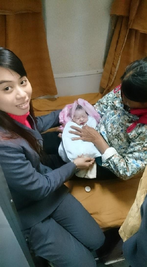 Nhân viên tàu SE18 đỡ đẻ thành công cho thai phụ - ảnh 1