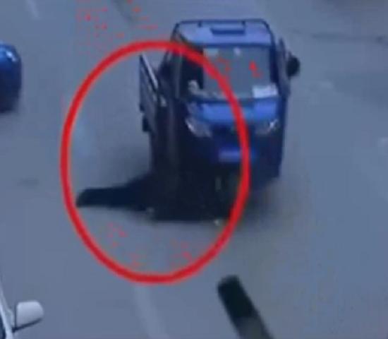 'Kinh hoàng' tài xế mải nhìn 'gái xinh' gây tai nạn chết người - ảnh 1