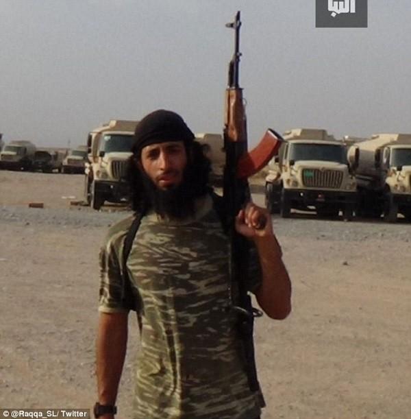 Lần đầu lộ diện đao phủ khét tiếng của IS - ảnh 1