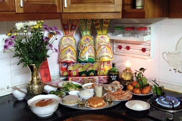 Cúng Ông Công ông Táo: Cúng ở bếp hay bàn thờ gia tiên mới chuẩn - ảnh 1