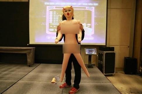 Công ty thưởng Tết cho nhân viên nam bằng búp bê tình dục - ảnh 3
