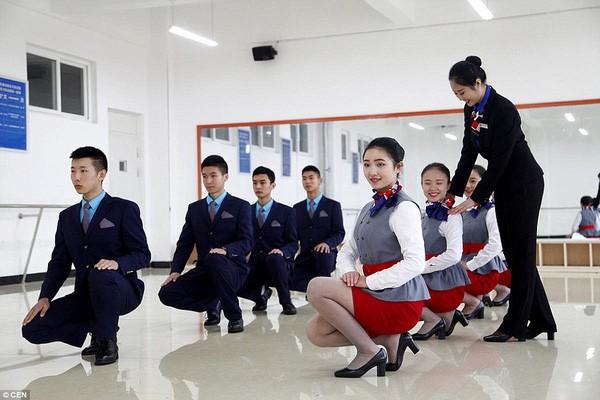 Cận cảnh 'Lò đào tạo' tiếp viên hàng không Trung Quốc - ảnh 4
