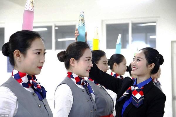 Cận cảnh 'Lò đào tạo' tiếp viên hàng không Trung Quốc - ảnh 2