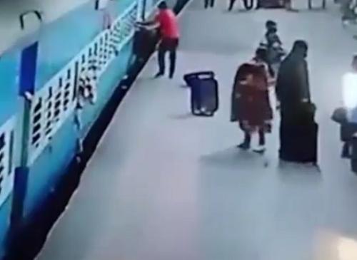 Kinh hoàng người phụ nữ bị tàu hỏa 'nuốt chửng' - ảnh 1
