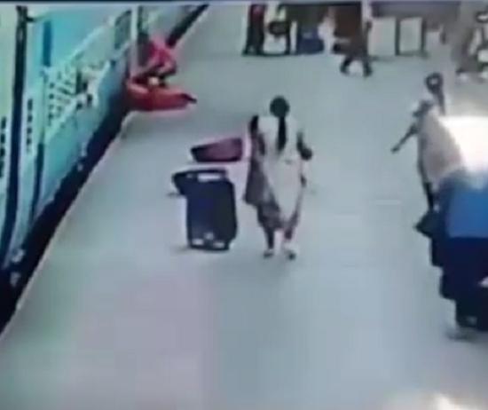 Kinh hoàng người phụ nữ bị tàu hỏa 'nuốt chửng' - ảnh 2