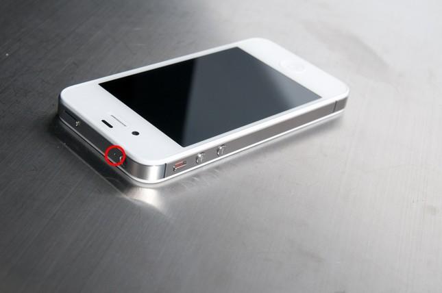 Công dụng ít ai biết của chiếc lỗ nhỏ trên điện thoại - ảnh 1
