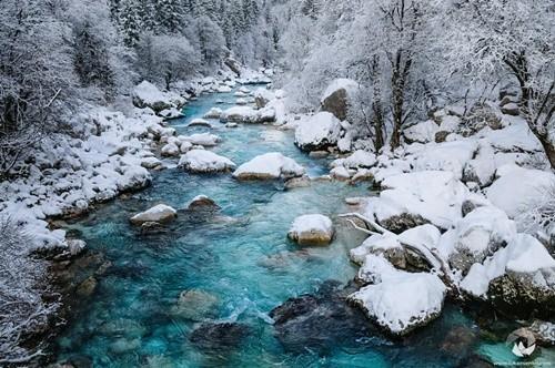 Kỳ lạ dòng sông nước xanh như ngọc bích chảy quanh năm - ảnh 3
