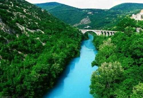 Kỳ lạ dòng sông nước xanh như ngọc bích chảy quanh năm - ảnh 2