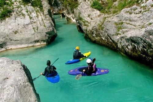 Kỳ lạ dòng sông nước xanh như ngọc bích chảy quanh năm - ảnh 4