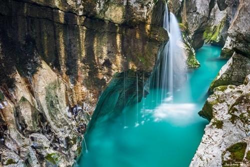 Kỳ lạ dòng sông nước xanh như ngọc bích chảy quanh năm - ảnh 6