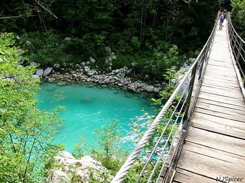 Kỳ lạ dòng sông nước xanh như ngọc bích chảy quanh năm - ảnh 5