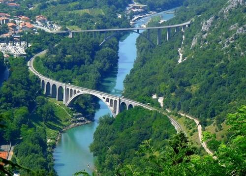 Kỳ lạ dòng sông nước xanh như ngọc bích chảy quanh năm - ảnh 7
