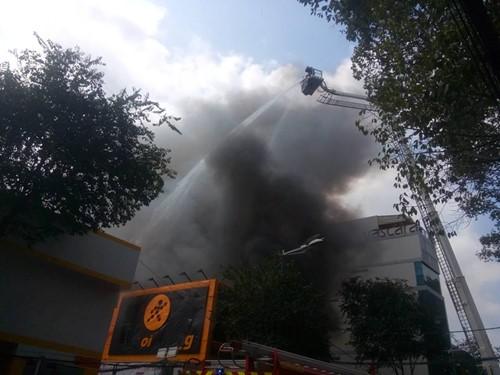 TP.HCM: Cháy lớn ở gara ô tô, hàng chục xe sang bị thiêu rụi - ảnh 1
