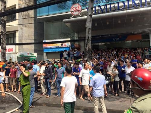 TP.HCM: Cháy lớn ở gara ô tô, hàng chục xe sang bị thiêu rụi - ảnh 2