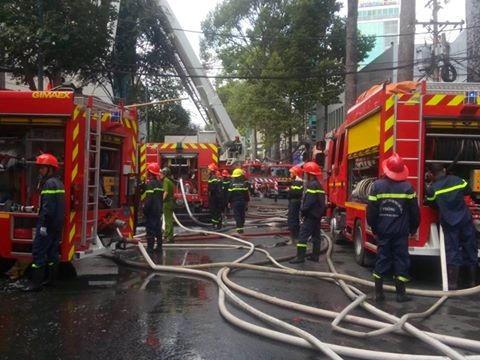 TP.HCM: Cháy lớn ở gara ô tô, hàng chục xe sang bị thiêu rụi - ảnh 3