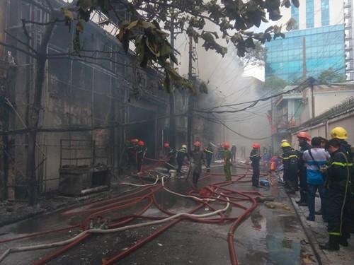 TP.HCM: Cháy lớn ở gara ô tô, hàng chục xe sang bị thiêu rụi - ảnh 4