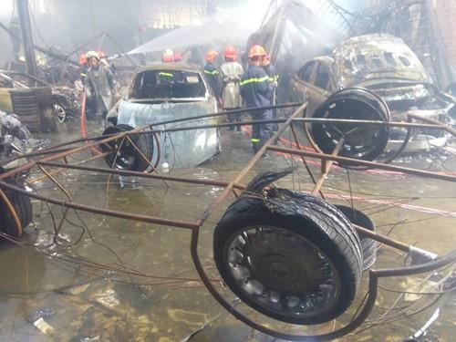 TP.HCM: Cháy lớn ở gara ô tô, hàng chục xe sang bị thiêu rụi - ảnh 5