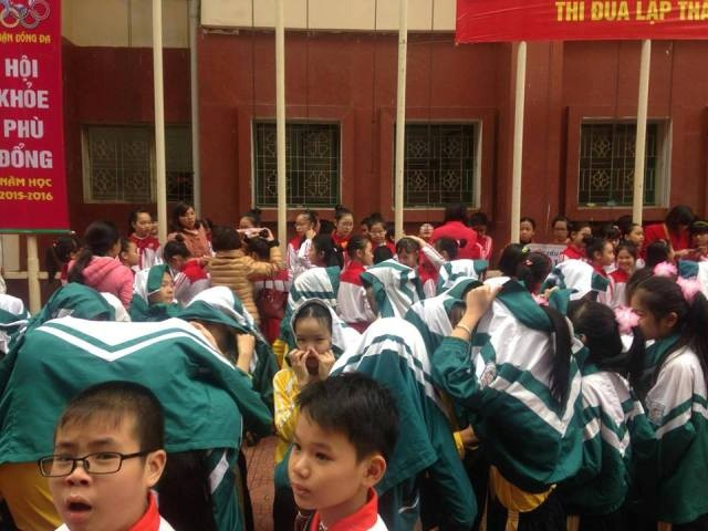 Cha mẹ bức xúc cảnh con em đội mưa chờ diễu hành - ảnh 1